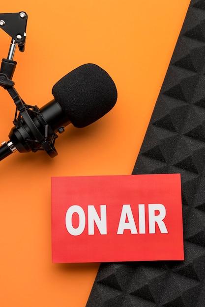 Banner in onda e vista dall'alto del microfono Foto Gratuite