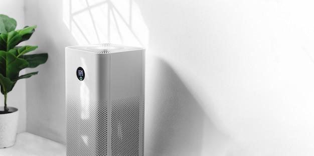 Очиститель воздуха в гостиной, очиститель воздуха, удаляющий мелкую пыль в доме. защита pm 2.5 от пыли и загрязнения воздуха Premium Фотографии
