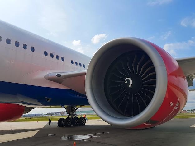 공항 근접 촬영에서 항공기 엔진입니다. 프리미엄 사진