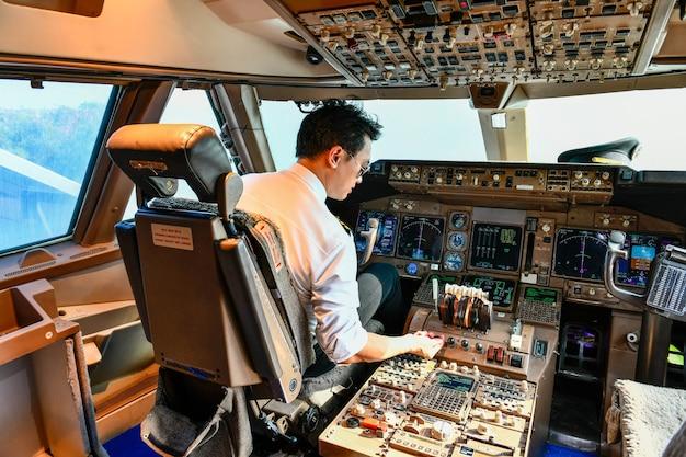 Пилот авиакомпании работает в кабине Premium Фотографии