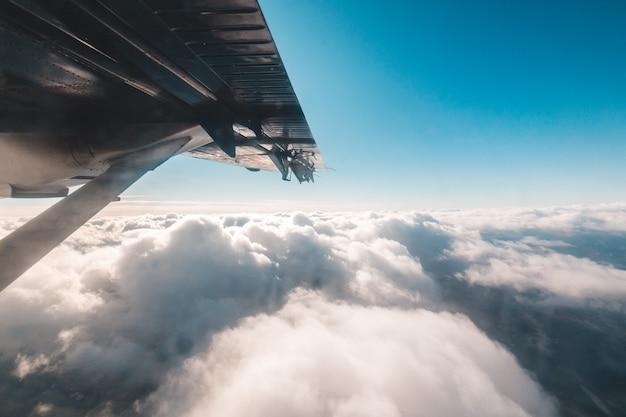 雲の上の飛行中の旅客機 無料写真