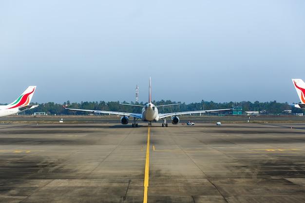 Airplaine в аэропорту готовится к полету Premium Фотографии
