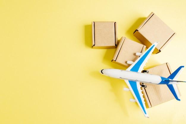 飛行機と段ボール箱のスタック。航空貨物と小包、航空便のコンセプト。商品と製品の迅速な配達 Premium写真