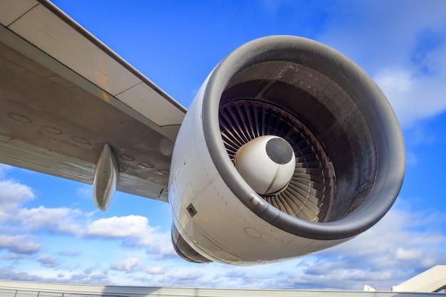 飛行機のエンジンと翼 Premium写真
