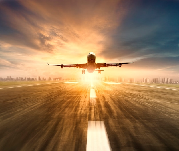 空港滑走路を飛行する飛行機 Premium写真