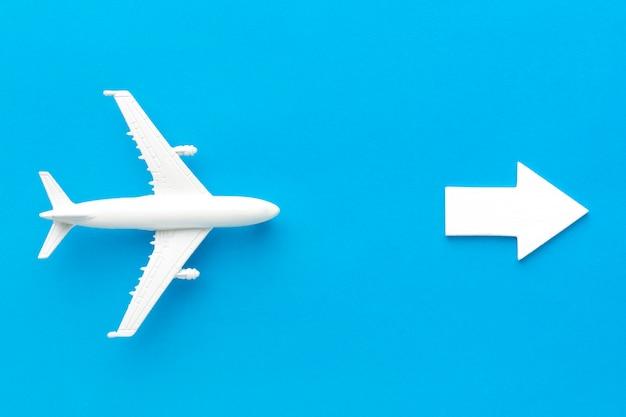 Самолет, следующий за стрелкой, указывающей вправо Premium Фотографии