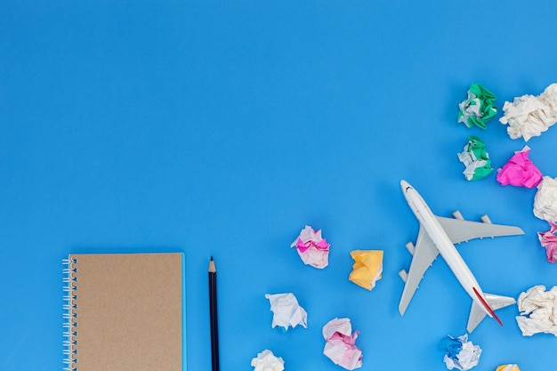 Airplane model with blank paper note on blue background Premium Photo