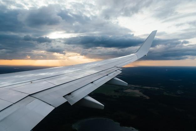 Ala di aeroplano e nuvole dalla vista della finestra Foto Gratuite