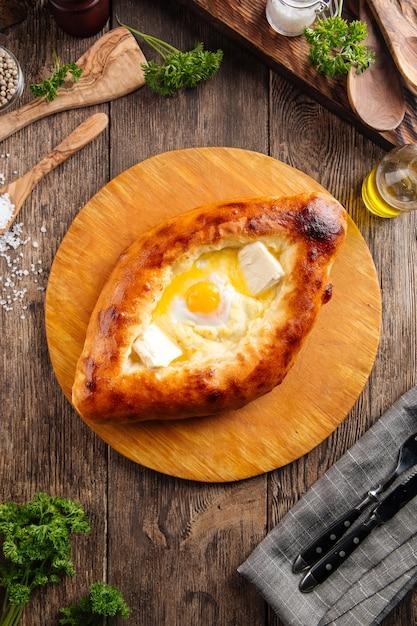 卵と液体の黄身とアジャリアのハチャプリ Premium写真