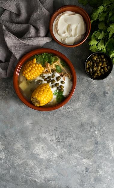 Аджиако коломбиано. картофельный суп распространен в колумбии, на кубе и в перу. латинская америка Premium Фотографии