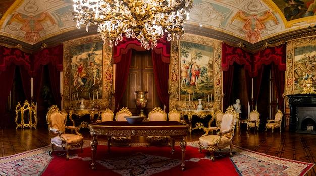 Внутренний взгляд одной из красивых комнат дворца ajuda расположенных в лиссабоне, португалии. Premium Фотографии