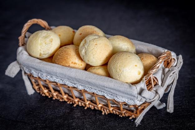 ブラジルの自家製チーズパン、素朴なバスケットのaka 'pao de queijo' Premium写真
