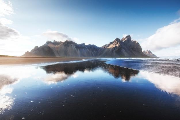 Красивый ake jokularlon с предпосылкой горы и голубого неба, предпосылкой ландшафта сезона исландии Premium Фотографии