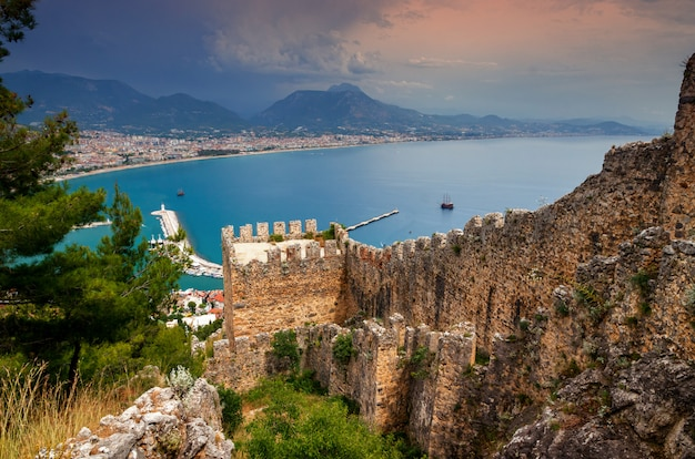 トルコのアラニヤ城からのアラニヤタウンビュー Premium写真