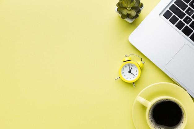 Будильник и место для кофе Premium Фотографии