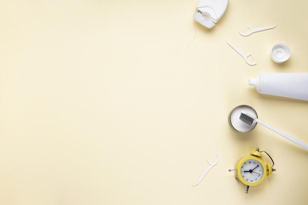 目覚まし時計、歯ブラシ、歯磨き粉、黄色 Premium写真