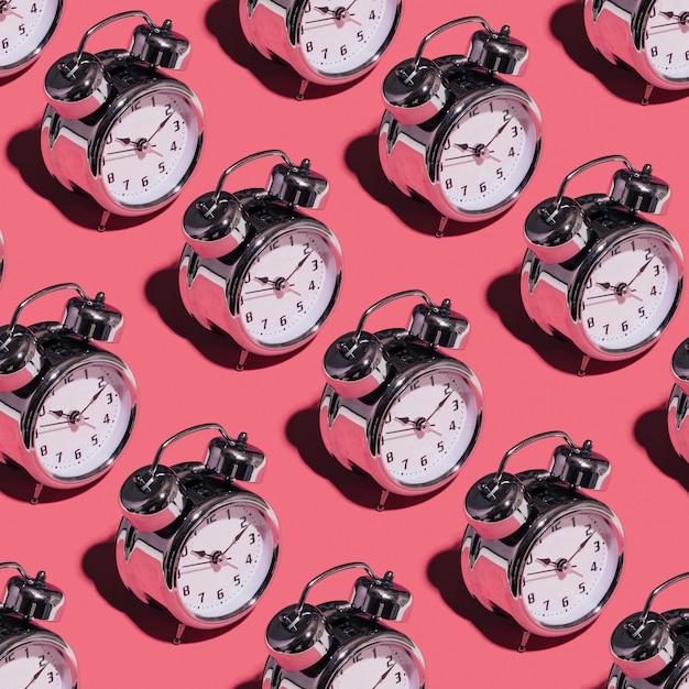 Будильник на розовом фоне Premium Фотографии