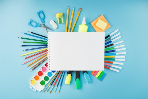 Альбом для рисования и творчества для школы с канцелярскими принадлежностями Premium Фотографии