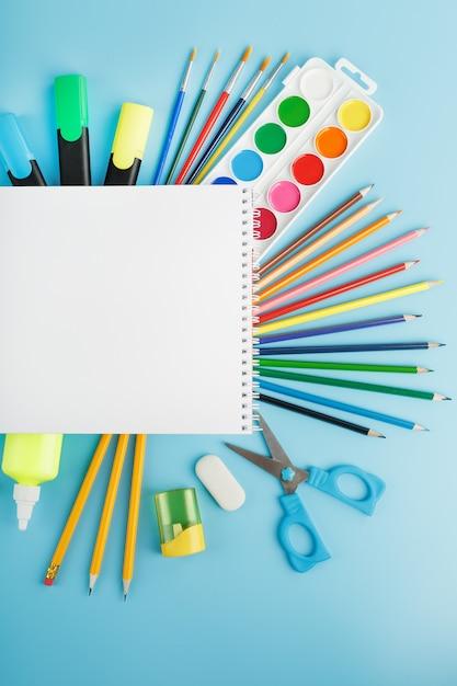 Альбом для рисования и творчества для школы Premium Фотографии