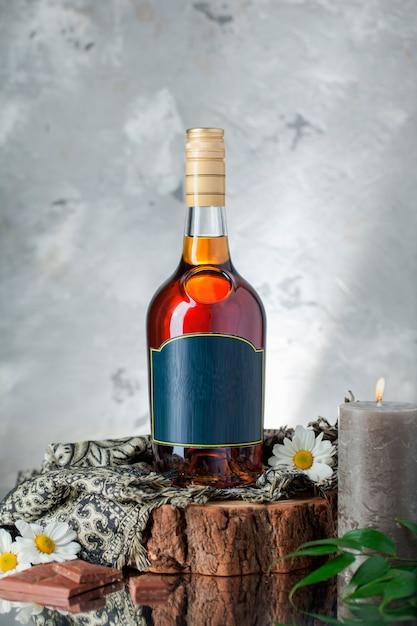 植物、スカーフ、ヒナギク、キャンドルのアルコールボトル 無料写真