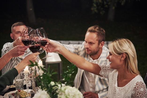 L'alcol sta dando un po 'di relax, quindi beviamolo. gli amici si incontrano alla sera. bel ristorante esterno Foto Gratuite