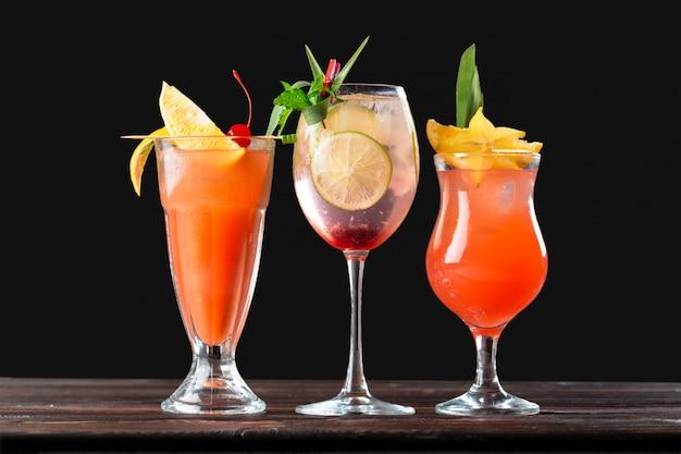 木製のテーブルにアルコールと非アルコールのカクテル。夏の冷たい飲み物 Premium写真