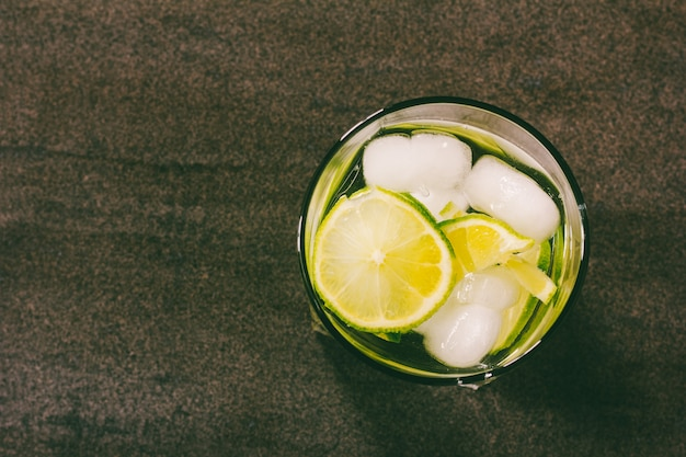 Alcoholic cocktail with green lemon and ice Premium Photo