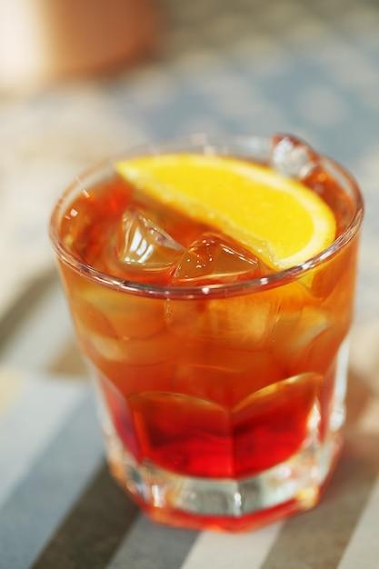 Cocktail alcolico con fette d'arancia Foto Gratuite