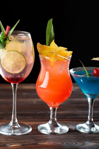 Alcoholic and non alcoholic cocktails on wooden table. summer cold drinks Premium Photo
