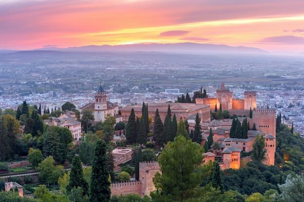 Alhambra at sunset in granada, andalusia, spain Premium Photo