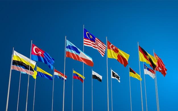 Все флаги штатов малайзии развевались на ветру против голубого неба. теренгану, куала-лумпур и др. Premium Фотографии