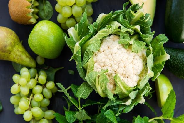すべての緑の野菜と果物の暗い背景 Premium写真