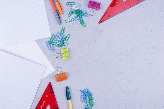 Все виды офисных или школьных инструментов, изолированные на сером. Бесплатные Фотографии