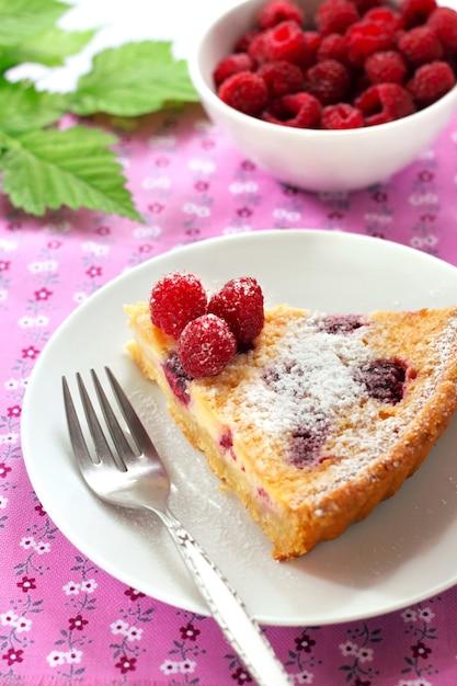 Almond tart with raspberries and white chocolate Premium Photo