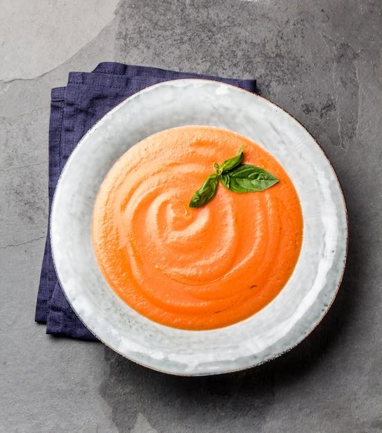 伝統的なスペインのアンダルシア風トマトクリームスープ、almorejo。 Premium写真