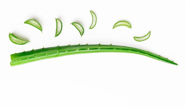 Aloe vera leaf with cut slices on white background. copy space, flat lay. medicine concept Premium P