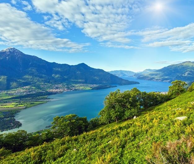Летний вид на альпийское озеро комо с вершины горы (италия) Premium Фотографии
