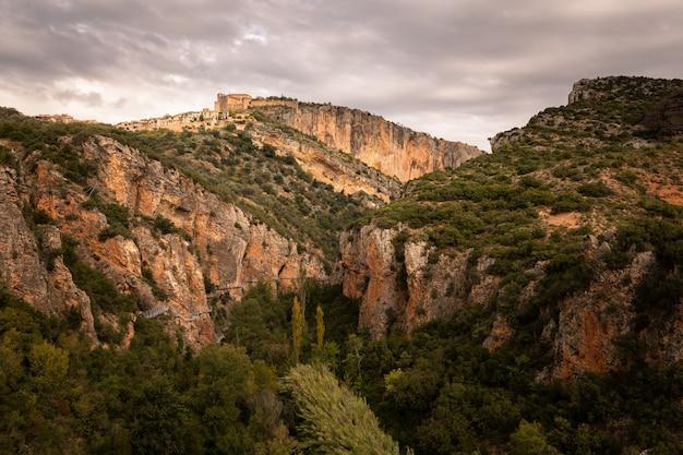 Взгляд от alquezar одного из самых красивых городков страны на провинции уэски, арагона, испании. Premium Фотографии