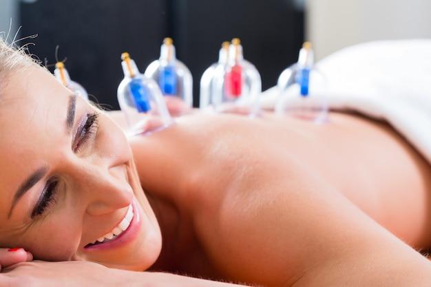 Alternative practitioner cupping woman Premium Photo