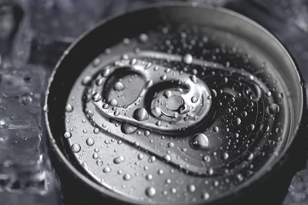 Алюминиевая сода может покрыть крышку безалкогольного напитка и льда крупным планом Premium Фотографии