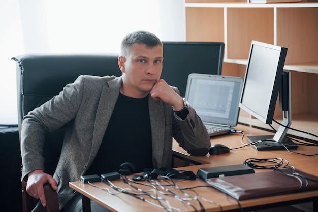 Sono sempre felice di vederti. benvenuto. l'esaminatore del poligrafo lavora in ufficio con l'attrezzatura della sua macchina della verità Foto Gratuite