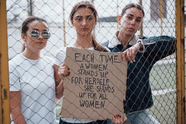 언제나 함께. 페미니스트 여성 그룹이 야외에서 자신의 권리를 위해 항의 무료 사진