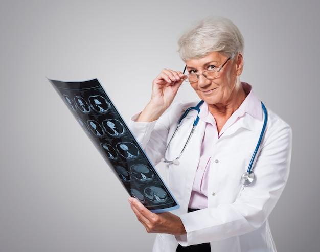 常に非常に注意深く医療結果を分析します 無料写真