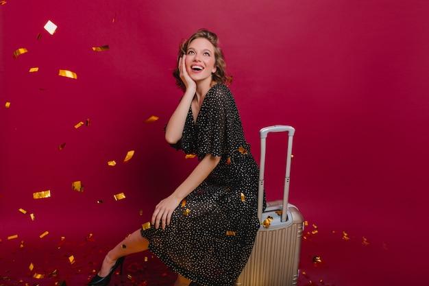 환영 홈 파티에서 스파클 색종이를보고 긴 점선 드레스에 놀란 여자 무료 사진