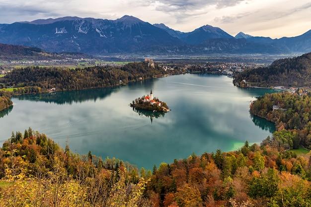 Удивительный осенний вид на озеро блед со смотровой площадки мала остойница, словения Premium Фотографии
