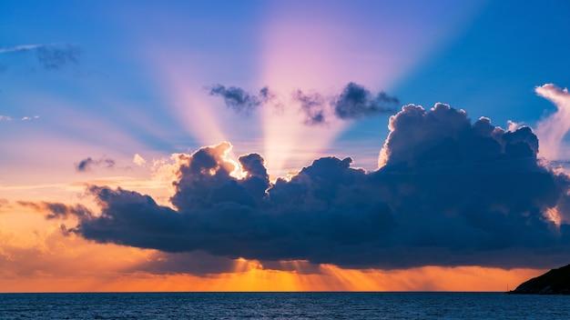 自然の驚くべき美しい光熱帯の海の夕日や日の出の風景の背景に劇的な空。 Premium写真