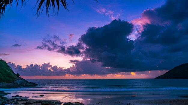 自然の驚くべき美しい光夕日や日の出の風景の背景に劇的な空の海景。 Premium写真