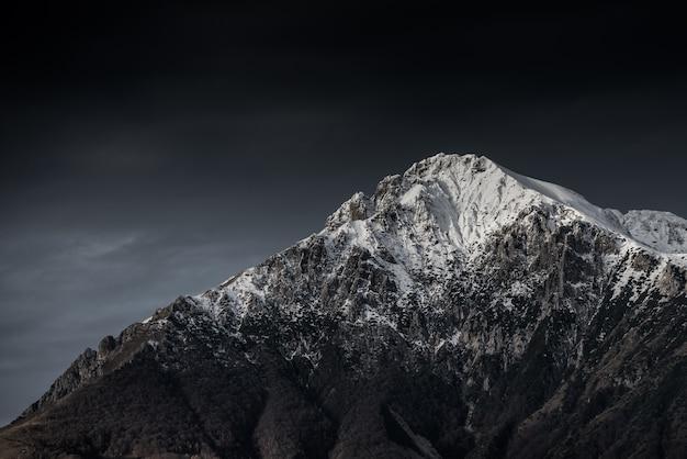 어두운 하늘과 아름다운 산과 언덕의 놀라운 흑백 사진 무료 사진
