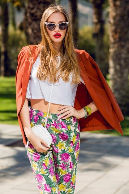 Удивительная блондинка в модном летнем наряде позирует на открытом воздухе Бесплатные Фотографии