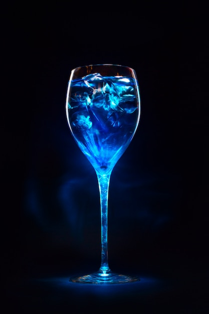 Amazing blue cocktail with ice cubes Premium Photo